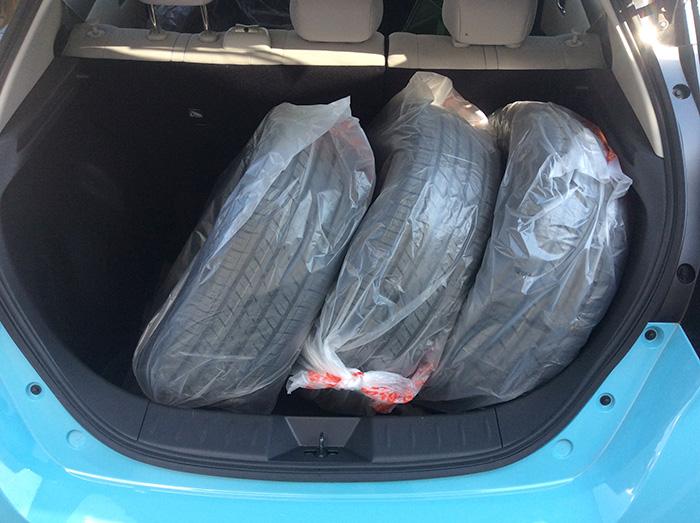 新型日産リーフトランクにタイヤ3本